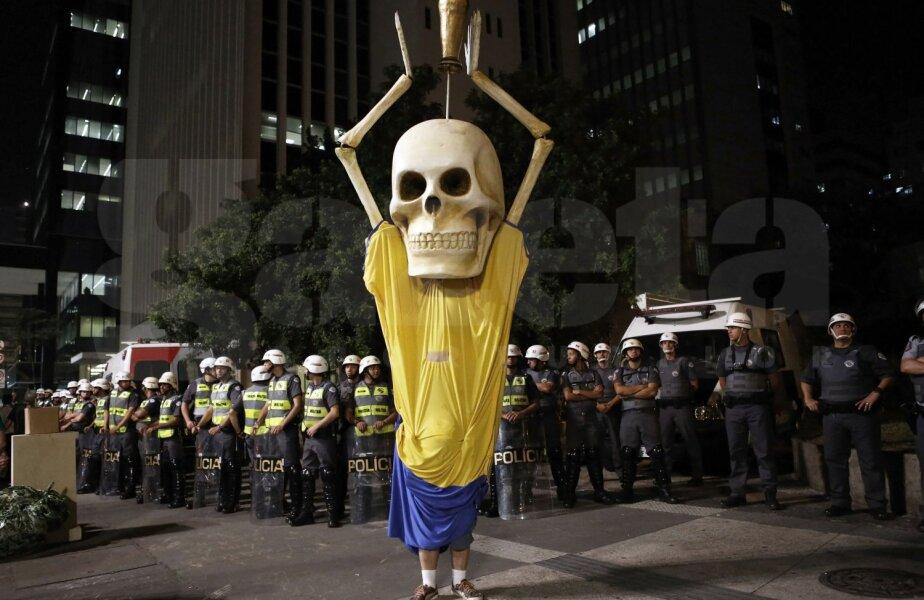 Şi de el se tem jucătorii brazilieni. De acest protestatar cu cap de schelet îmbrăcat în echipamentul Selecao // Foto: Reuters