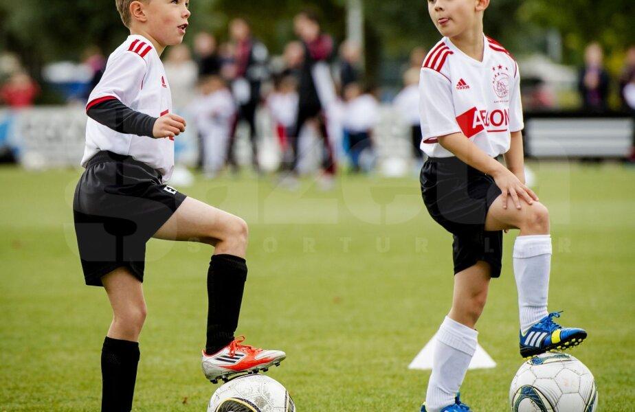 Doi puşti în vîrstă de opt ani încep să descopere secretele fotbalului marca Ajax. Poate, peste două decenii, vor fi vedetele roş-albilor şi ale
