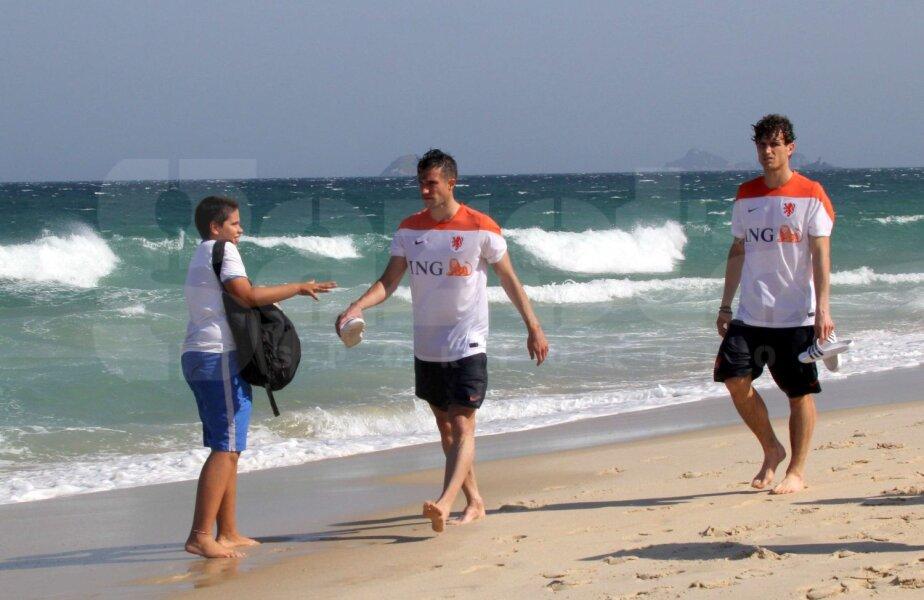 În apă vînat de kitesurferi, pe uscat de suporteri. Van Persie n-are liniște la Rio