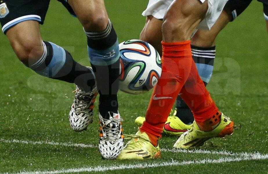 Gambe care au chinuit fotbalul la Sao Paulo. Şi mingea i-a refuzat pe Demichelis şi Van Persie // Foto: Reuters