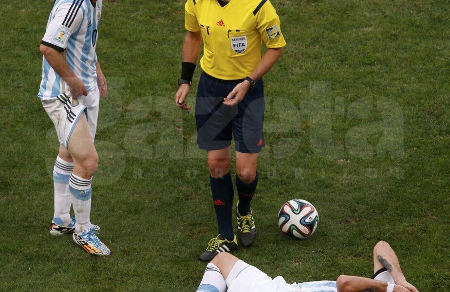 Rizzoli (dreapta), discutînd cu Messi lîngă accidentatul Biglia, în