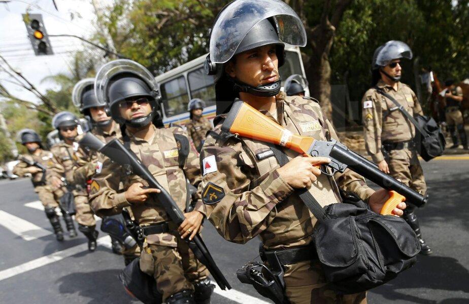 Poliţiştii cariocas, înarmaţi şi gata de finală // Foto: Reuters