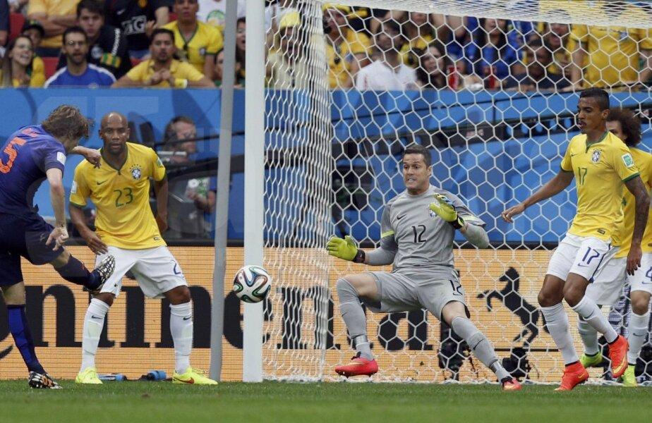 Stîngaciul Blind (în albastru) şutează perfect cu dreptul pe deasupra lui Julio Cesar. Brazilia - Olanda 0-2 // Foto: Reuters