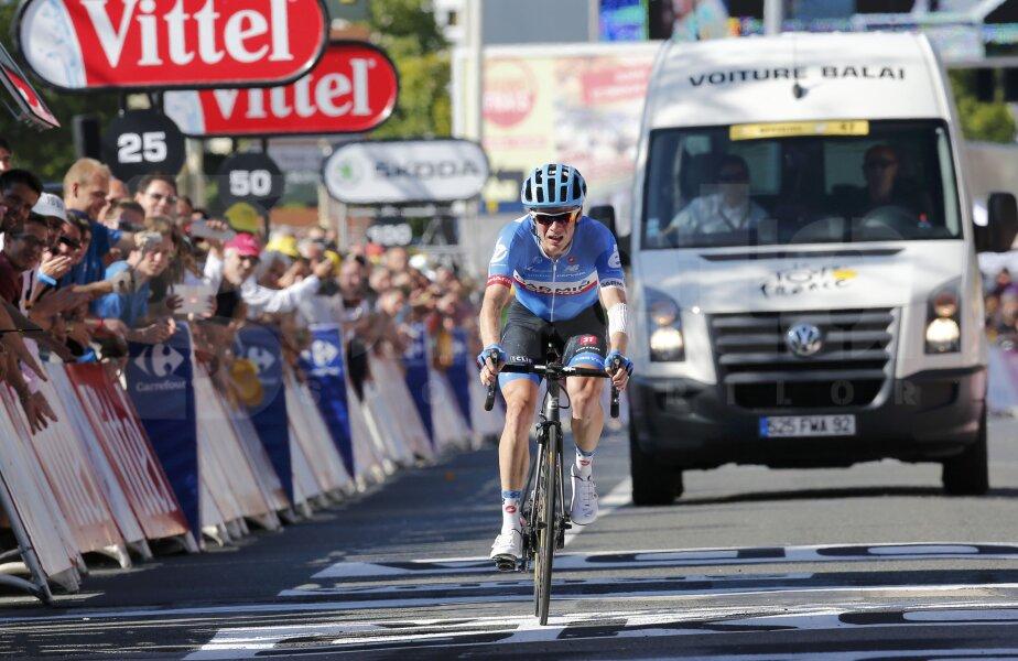 Andrew Talansky, urmat de maşina care colectează ultimii ciclişti din Turul Franţei, foto: reuters