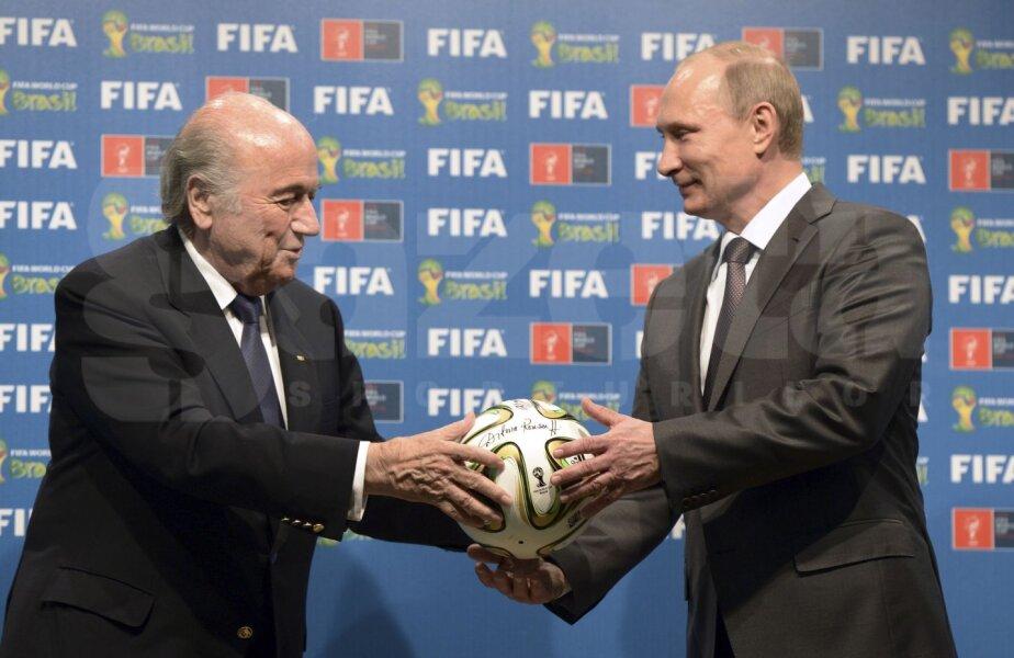 S-ar putea ca Blatter să nu-i mai dea lui Putin mingea pentru CM 2018. Şi el să iasă la pensie mai devreme // Foto: Reuters