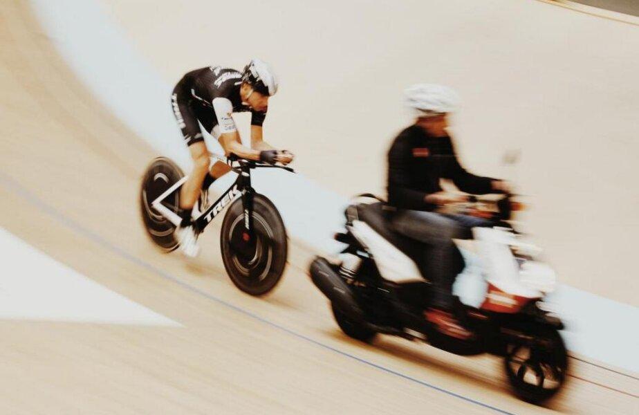 Jens Voigt exersează în spatele unui derny pe velodromul din Elveția