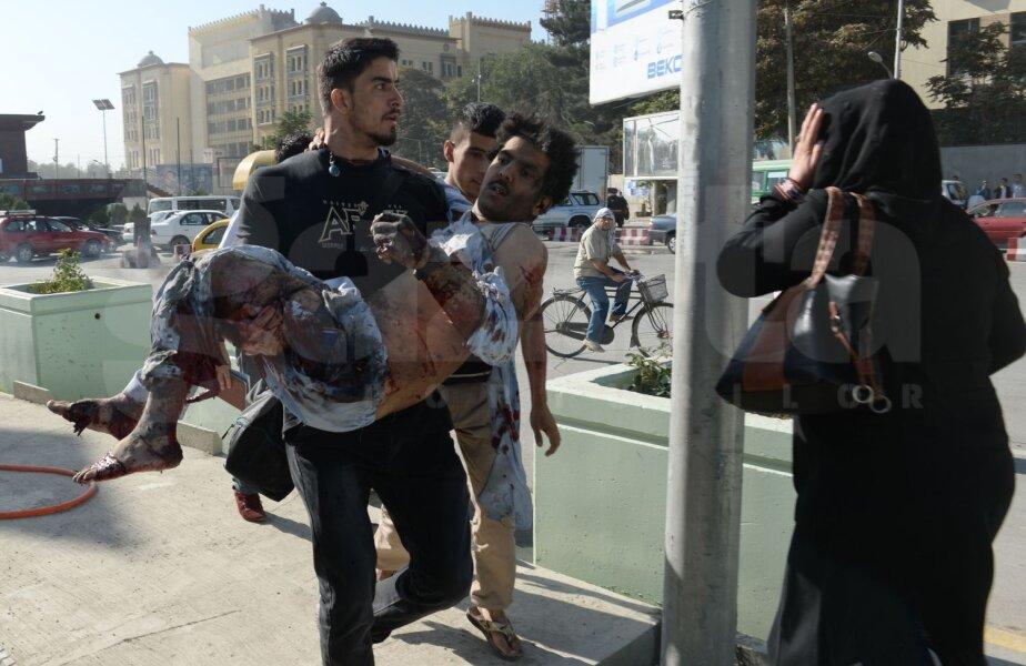 Sadat duce în braţe bărbatul rănit şi în stare de şoc