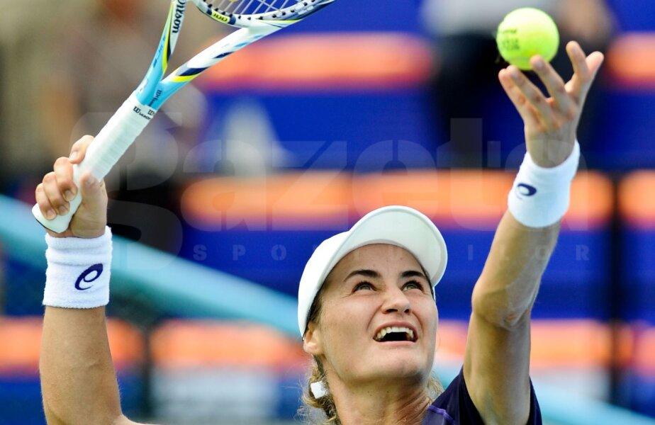 Monica Niculescu servind ieri în meciul cu Yafan Wang
