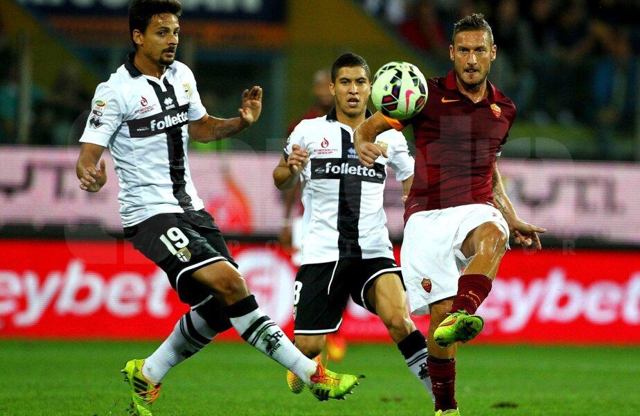 Totti (dreapta, în duel cu Felipe) a fost printre cei mai buni la Roma și-n victoria de la Parma (2-1) // Foto: Guliver/GettyImages