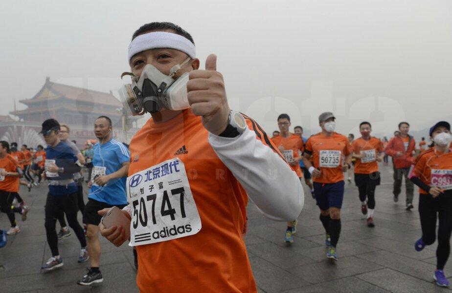 Pentru a rezista, mai mulţi atleţi au purtat la Beijing măşti pe chip. Întrecerea s-a desfăşurat în ciuda indicaţiilor experţilor în poluare