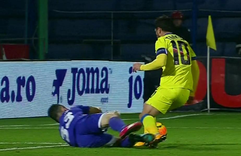 Tănase a ajuns primul la minge, iar Stăncioiu l-a faultat, în timp ce Rusescu a ieșit cu fața tumefiată