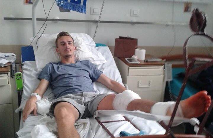 Bancu a fost operat joi, avînd fractură de tibie și peroneu. El și-a decorat în alb-albastru camera de la spitalul Floreasca din Capitală // Foto: maximasport.ro