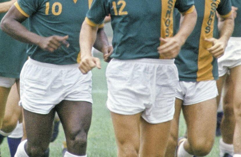Pelé (nr. 10) și Mărdărescu (cu mustață, în dreapta) aleargă cot la cot. Foto Gulliver/GettyImages