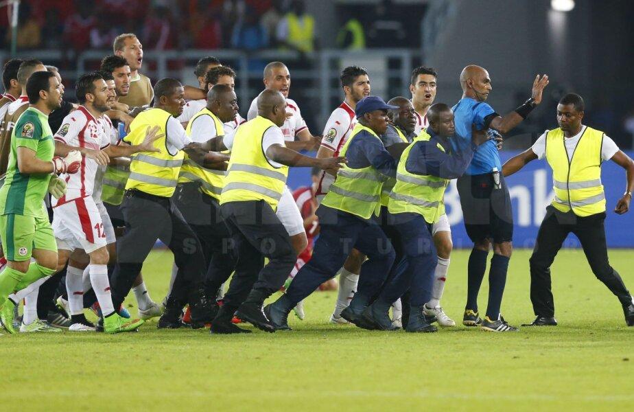 Tunisienii l-ar fi mîncat de viu pe arbitru. L-au scăpat poliţiştii şi stewarzii // Foto: Reuters