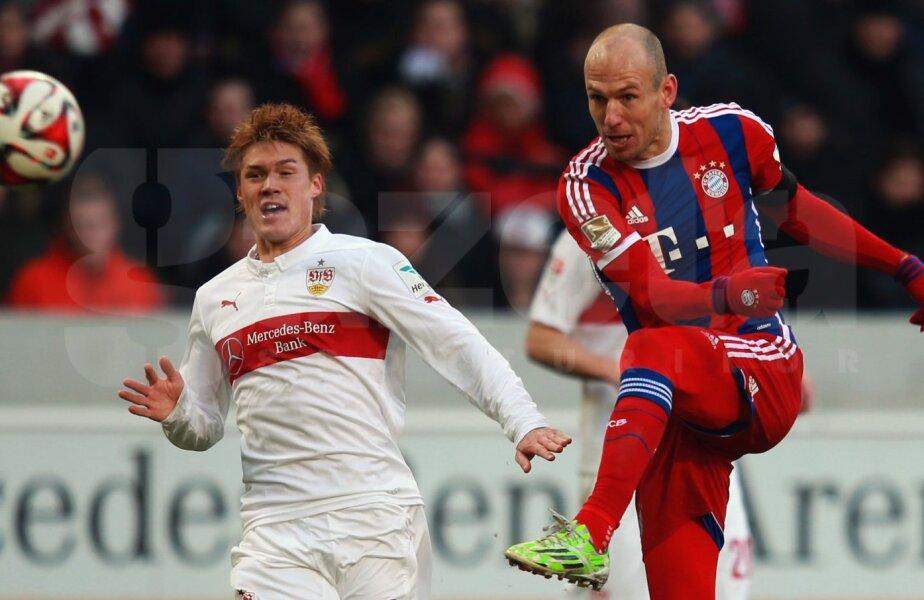 Sakai nu poate decît să privească la execuția lui Robben (dreapta). Va fi 1-0 pentru Bayern