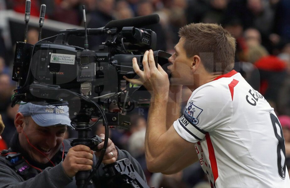 Steven Gerrard, căpitanul actual al lui Liverpool, sărută o cameră TV după un gol. El va pleca în vară la LA Galaxy // Foto: Reuters