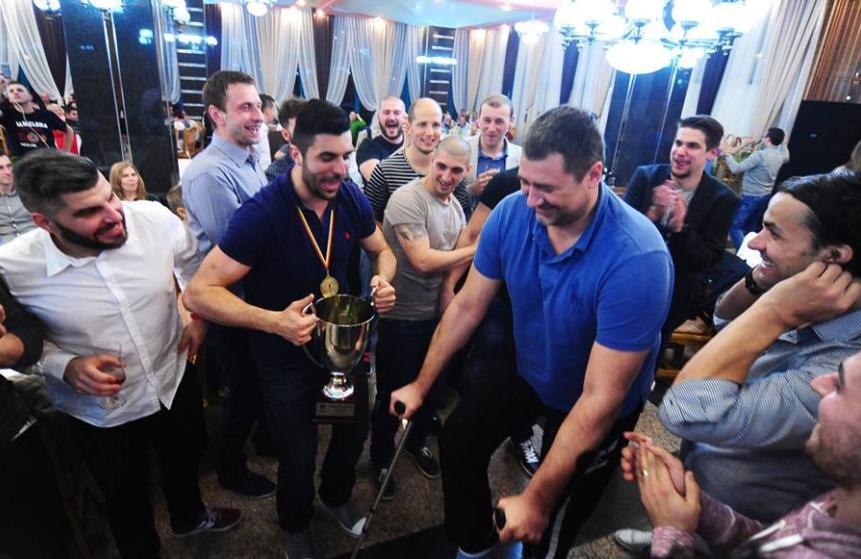 Alexandru Dedu, în mijlocul jucătorilor băimăreni, care îi prezintă trofeul FOTO: facebook