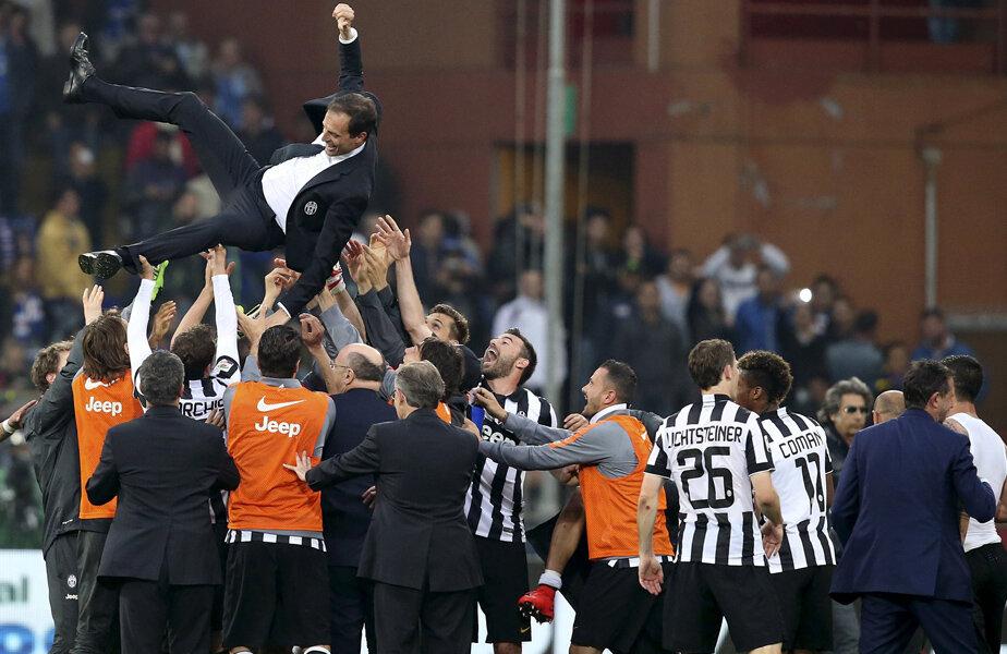 Allegri, noul antrenor victorios al lui Juve, purtat pe braţe de jucători // Foto: Reuters
