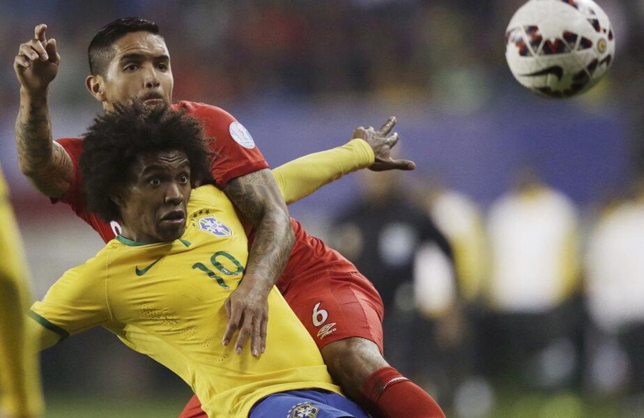 Willian (11 trofee cu Şahtior, două cu Chelsea) protejează mingea în faţa peruanului Vargas, jucătorul Fiorentinei // Foto: Reuters
