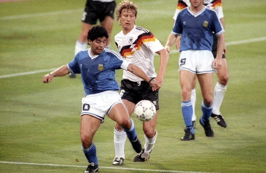 Maradona n-a scăpat de marcajul agresiv al lui Buchwald în finala din 1990 // Foto: Reuters