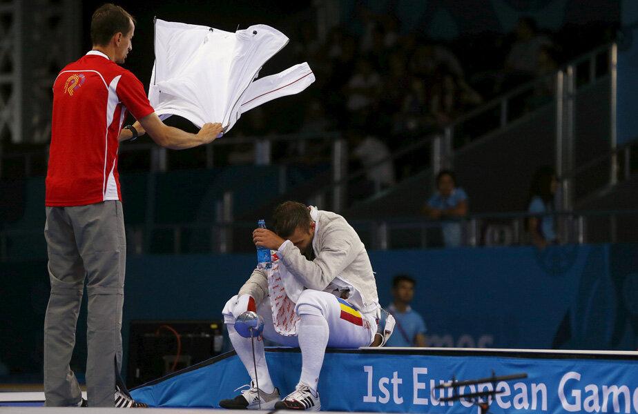 Antrenorul Covaliu îi face aer  cu prosopul lui Dolniceanu // Foto: Reuters