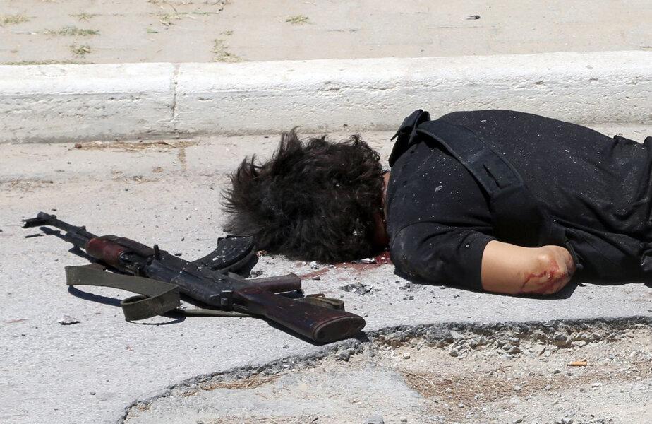 Seifeddine Rezgui, ucis de poliție. Lîngă el, Kalașnikovul folosit în atentat