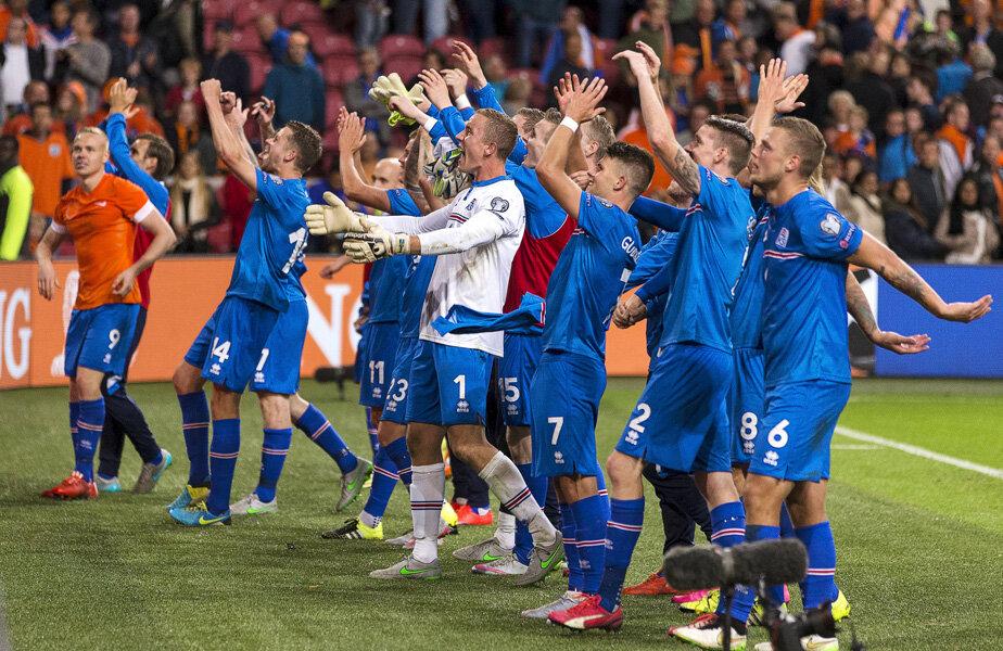Albaștrii celebrează victoria cu 3.000 de fani islandezi prezenți pe Amsterdam ArenA // Foto: Reuters