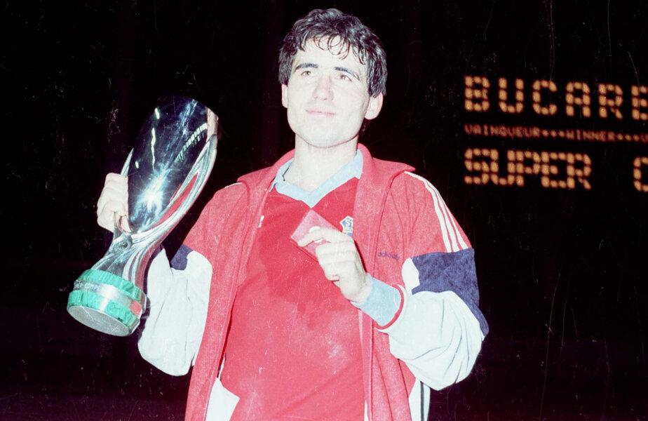 Hagi ţinînd în braţe cel mai valoros trofeu pe care l-a cîştigat ca fotbalist, Supercupa Europei, luat şi cu Steaua în 1987, dar şi cu Galatasaray, în 1999