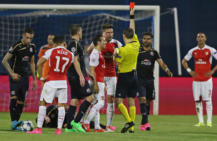 Hațegan, care l-a avut observator UEFA pe fostul arbitru Nikolai Levnikov, îi arată cartonașul roșu lui Giroud, care reacționează furibund // Foto: Reuters