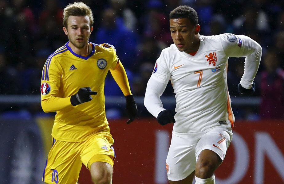 Olandezul Depay îl pierde pe drum pe Engel, dar va rata deschiderea scorului // Foto: Reuters