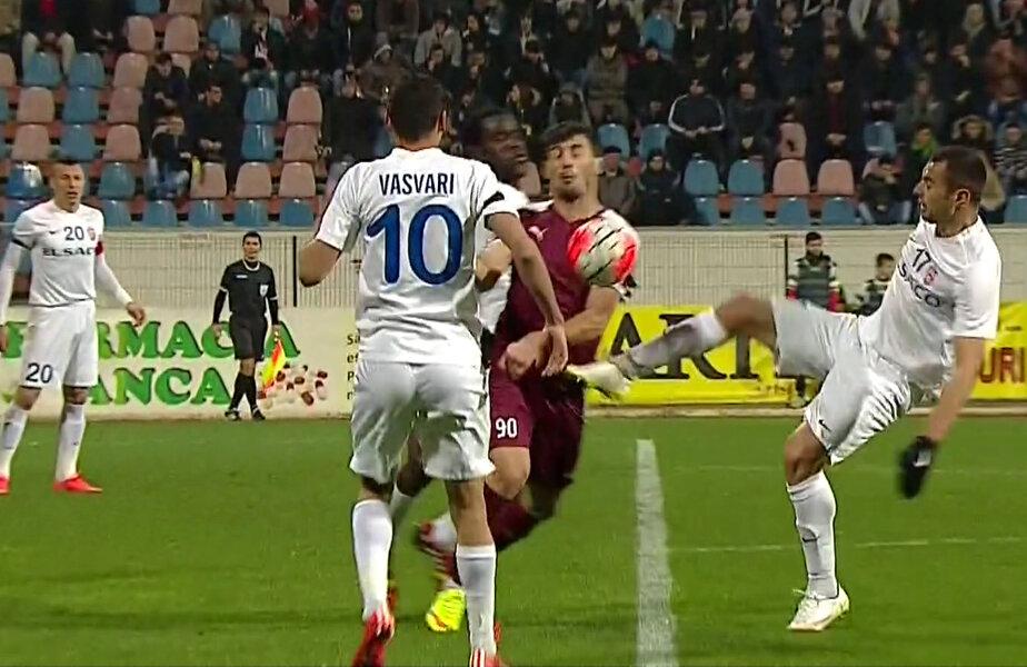 Faza la care Ngadeu l-a lovit pe Bălan, iar Bîrsan a scos faultul în afara careului // Foto: Captură TV