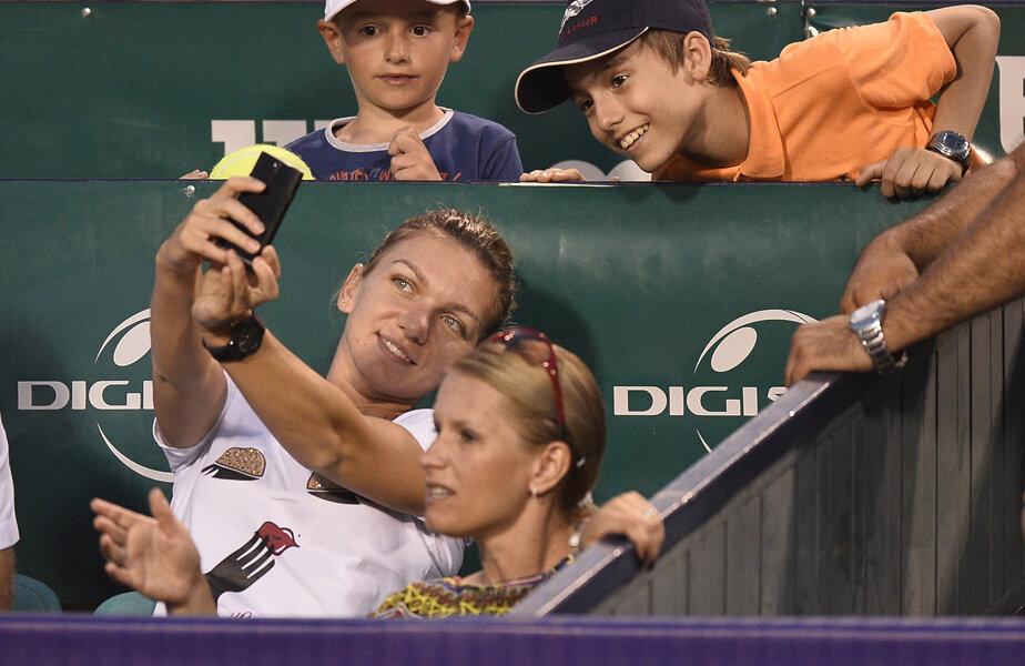 Simona nu refuză să facă fotografii alături de fani