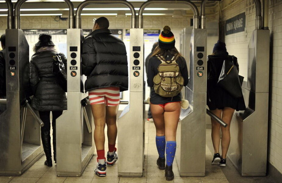 Călătorii cu metroul din București sunt invitați să circule fără pantaloni ► Foto: nydailynews.com