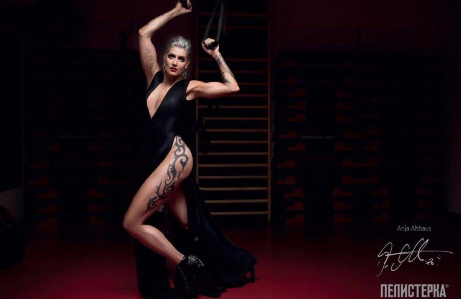 Pivotul german Anja Althaus își arată în calendar mușchii și tatuajele