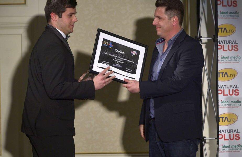 Răzvan Luțac (cel mai bun jurnalist de presă scrisă) primește premiul de la Narcis Răducan