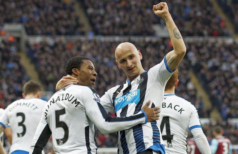 Shelvey celebrează victoria alături de Wijnaldum. Foto: Reuters