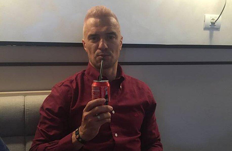 Pancu savurează o Cola cu noul său look, model România '98