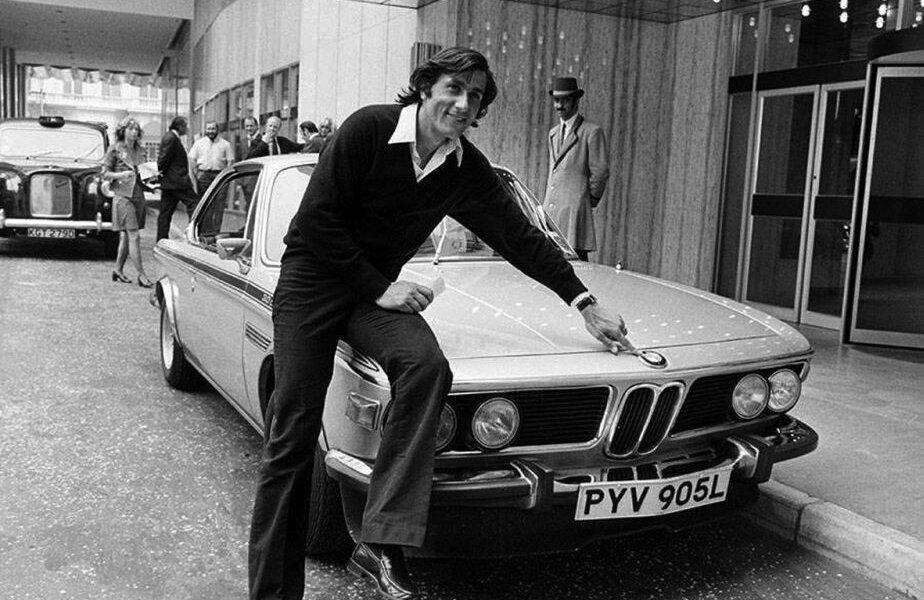 Ilie Năstase alături de BMW, fotografiefăcută în 1965, alături de un BMW 3.0 CSL în fața unui hotel din Londra, stabilimentul jucătorilor care participau la Wimbledon.