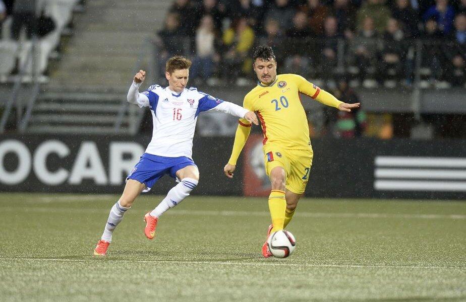 Bartalsstovu, stînga, în duel cu Budescu, în meciul Feroe - România 0-3