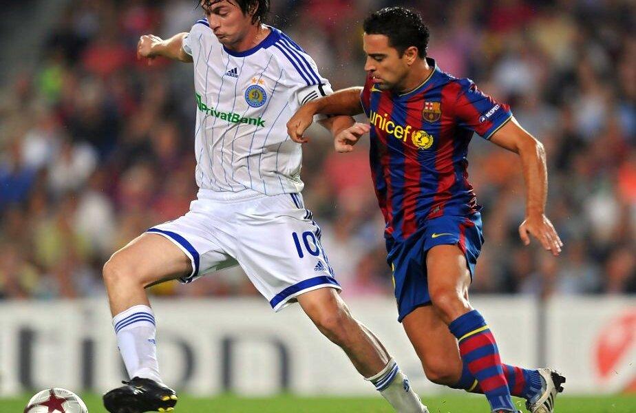 Artem Milevskiy în duel cu Xavi, într-un meci Dinamo Kiev - Barcelona