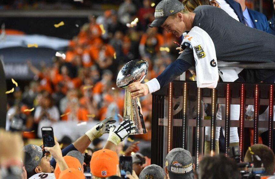 Peyton Manning, dîndu-le coechipierilor de la Denver trofeul Super Bowl, foto: reuters