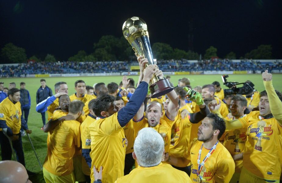 Așa arăta trofeul pentru campioana din sezonul 2014-2015, câștigat de Steaua