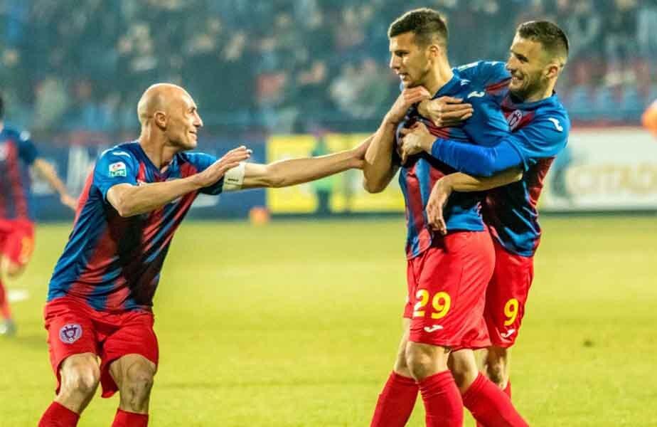 Țucudean e felicitat de coechiperi după reușita cu Botoșani