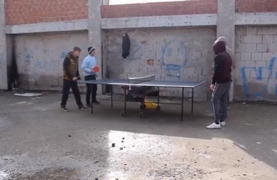 Tinerii și-au făcut propria sală de sport prin grămezi de moloz