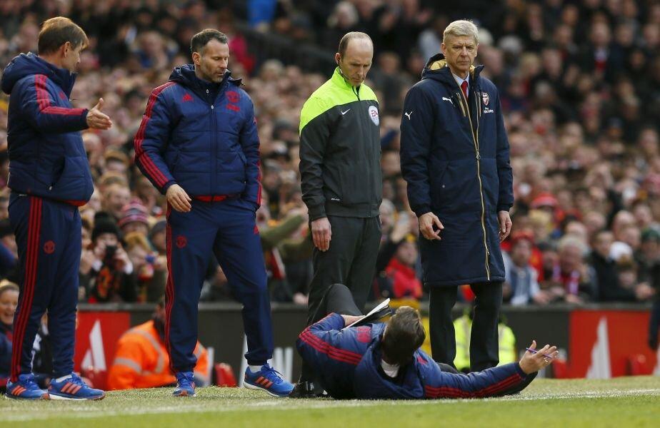 MAN DOWN. Van Gaal a oferit ieri imagini amuzante în repriza a doua a meciului Manchester United - Arsenal 3-2. A vrut să-i demonstreze arbitrului de rezervă că Alexis, atacantul adversarilor, a simulat și s-a aruncat pe  spate (foto: Reuters)