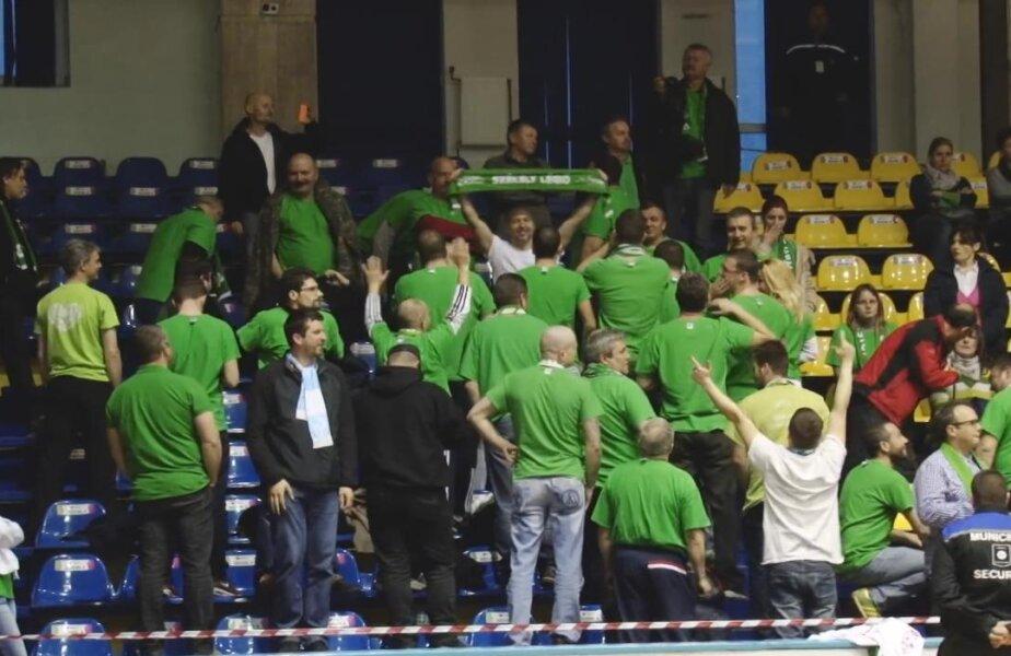 Fanii s-au întors cu spatele când la staţie a început cântecul