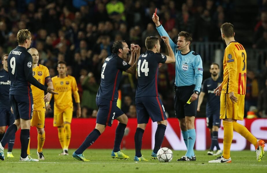 Brych îl elimină pe Torres (stânga). Protestele lui Gabi și Godin nu-l impresionează // FOTO Reuters