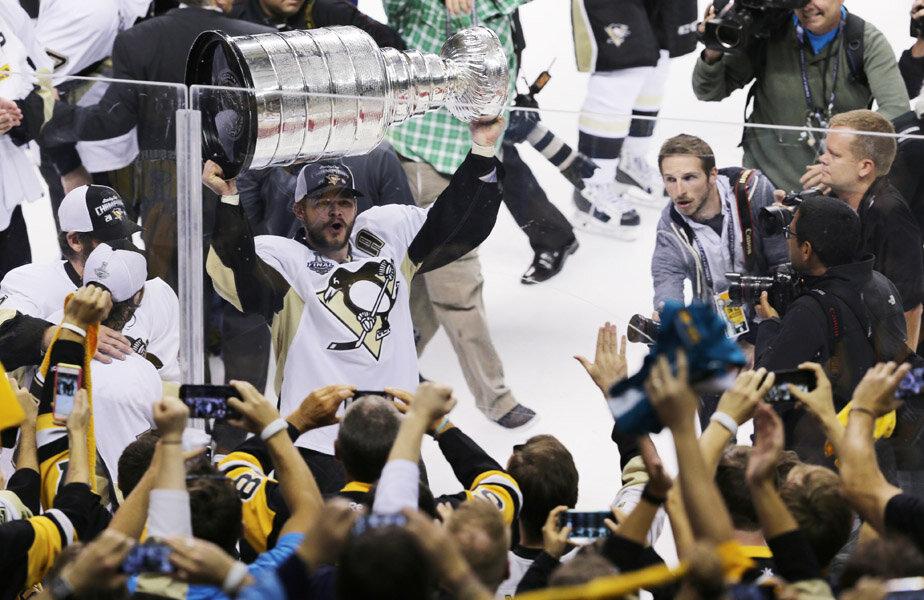 Chris Kunitz de la Penguins le arată fanilor Cupa Stanley și sărbătoresc împreună // Foto: Reuters