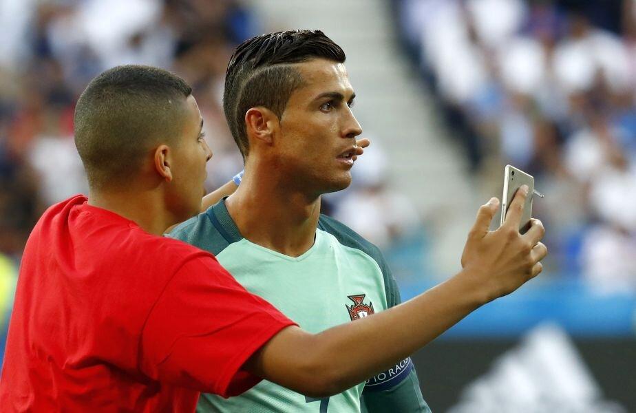 Galerie Foto Un Fan Al Lui Cristiano Ronaldo în Poza De Grup A