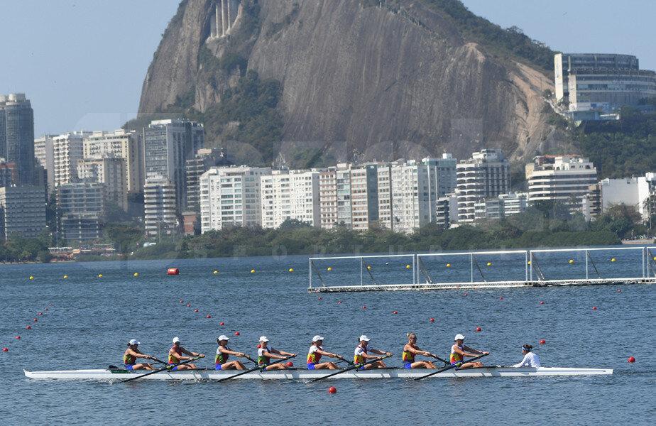 Barca de 8 plus 1 pe laguna